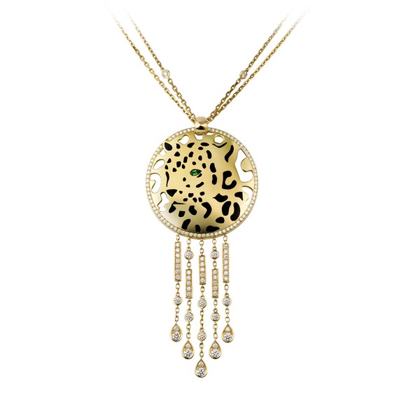 18K yellow gold necklace with a panther-decor pendant. Pendant set with diamonds, one tsavorite garnet eye and black lacquer spots. Sticks set with onyx and diamonds. Presented on a double chain set with diamonds, hook clasp. Necklace length: 45 cm. Pendant dimensions: 3.9 cm in diameter, 4.2 cm taller stick length.
