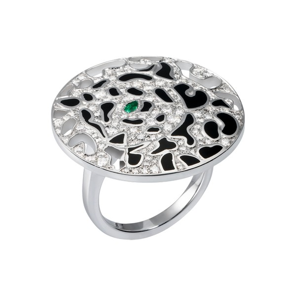 18K white gold ring set with diamonds, one emerald eye and black lacquer spots. Diameter: 26.6 mm.