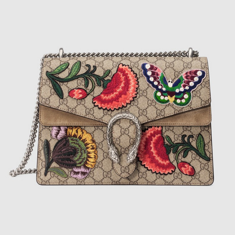 A structured GG Supreme canvas bag with butterfly and flowers with our textured tiger head closure. The sliding chain strap can be worn multiple ways, changing between a shoulder and a top handle bag.