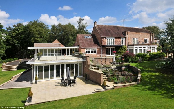 Incredible £3million house that comes with its own GOLF COURSE, a swimming pool and a 13 acre lake photo -10