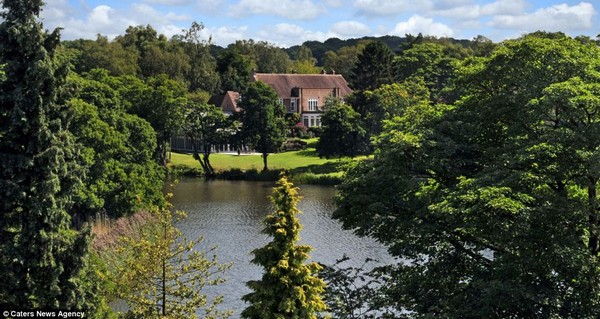 Incredible £3million house that comes with its own GOLF COURSE, a swimming pool and a 13 acre lake photo -2