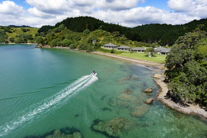 russian-billionaire-opens-the-spectacular-helena-bay-lodge-in-new-zealand-4